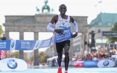 Kipchoge gana el maratón de Berlín con nuevo récord mundial