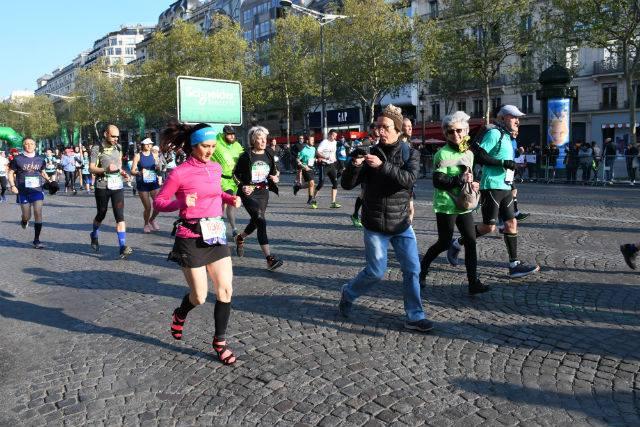 Corrió el Maratón de París con tacones de 7 centímetros logrando nuevo récord mundial
