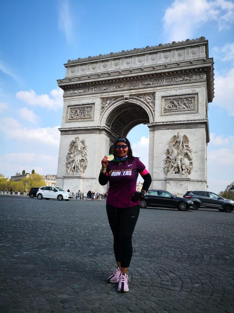 """Claudia Menares: """"En el kilómetro 30 la majestuosa Torre Eiffel, imposible no mirarla y pensar, a esto vine!""""."""